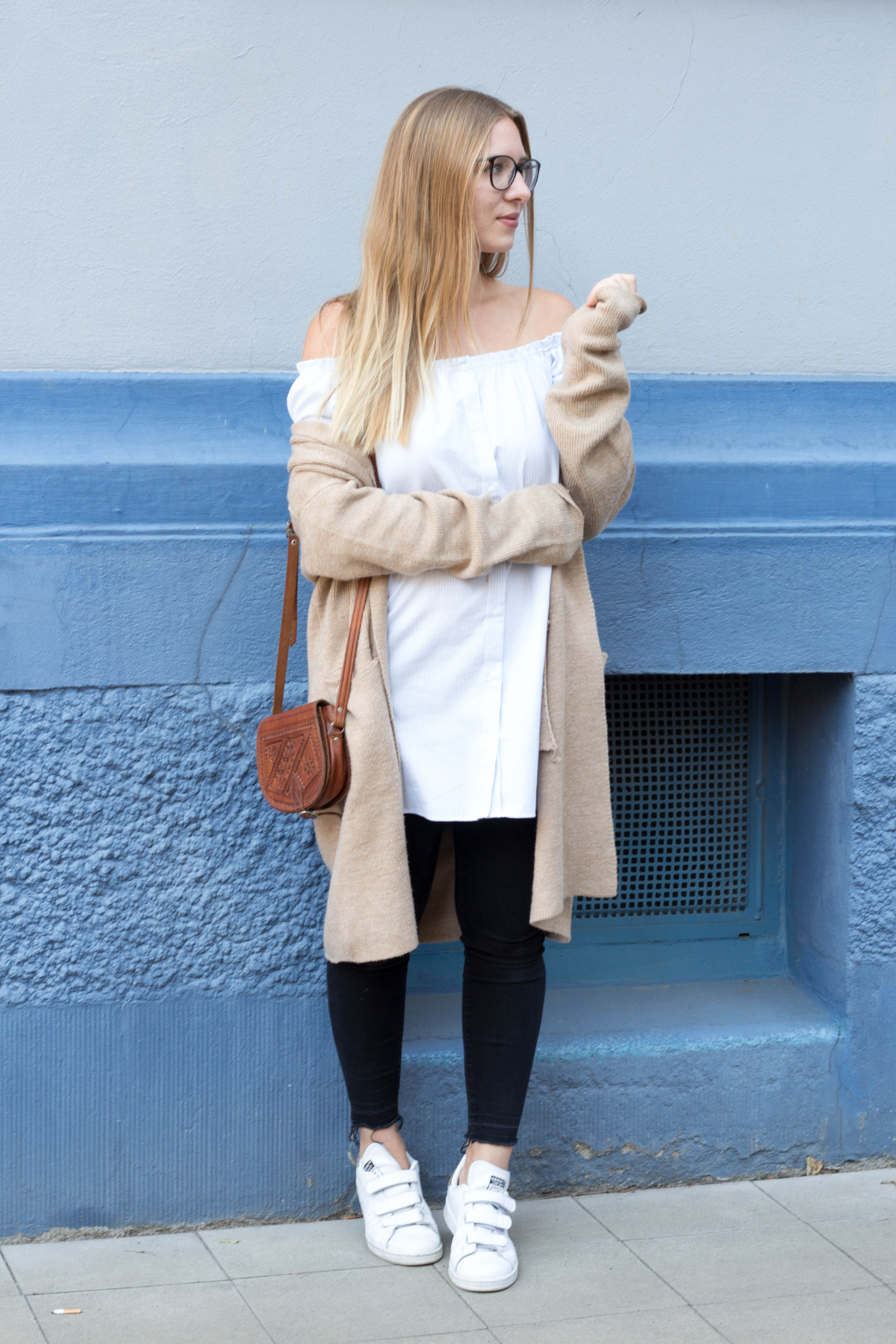 Off Shoulder Kleid Jeans Cardigan Brille Herbst Sneaker Stan Smith Outfit Fashionblog